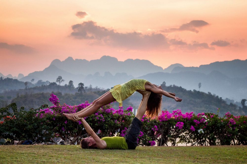 Yoga retreat for couples - Couple in a garden